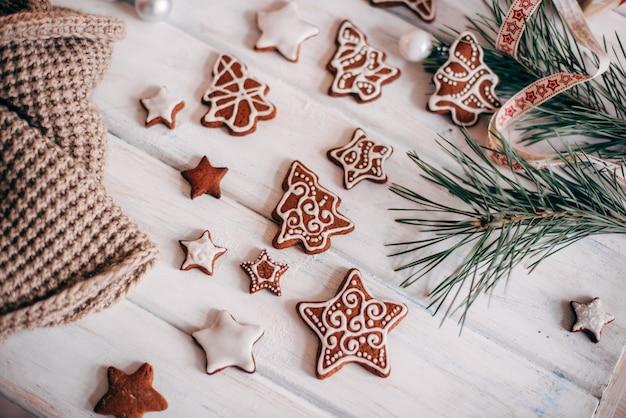 Een verscheidenheid aan kerstkoekjes worden aangelegd Premium Foto