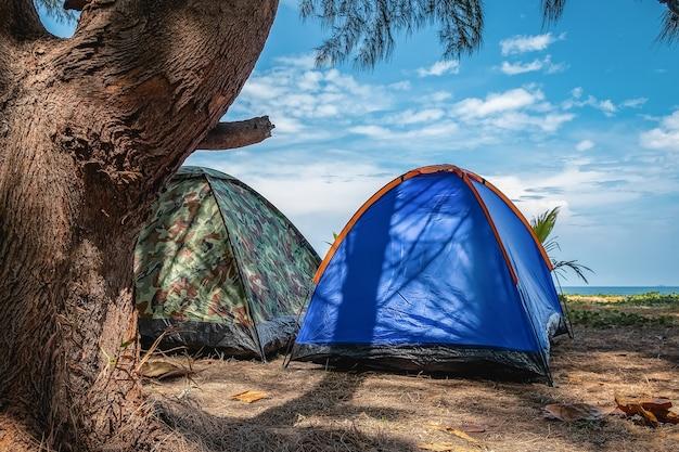Een verscheidenheid aan tentkampeerkleuren, kamperen aan zee, op het strand, goede sfeer. Premium Foto