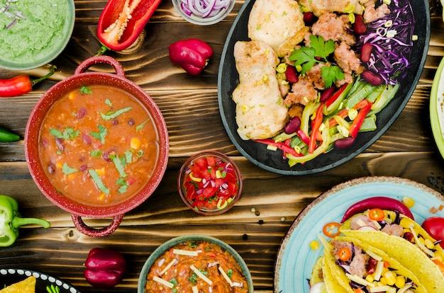 Een verscheidenheid aan zelfgemaakte mexicaanse gerechten Gratis Foto