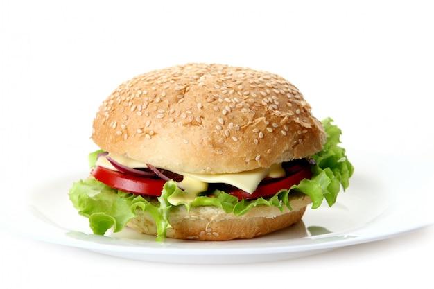 Een verse hamburger met salade en ui Gratis Foto