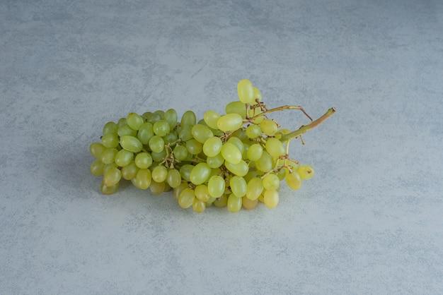 Een verse tak van druivenmost op donkere achtergrond. hoge kwaliteit foto Gratis Foto