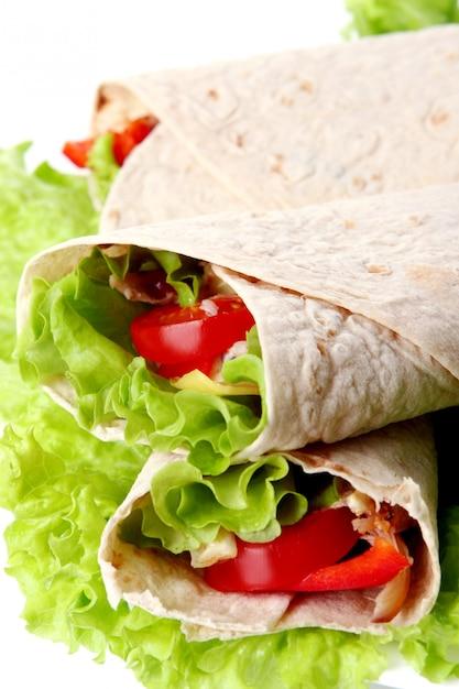 Een verse tortilla met groenten en souce Gratis Foto