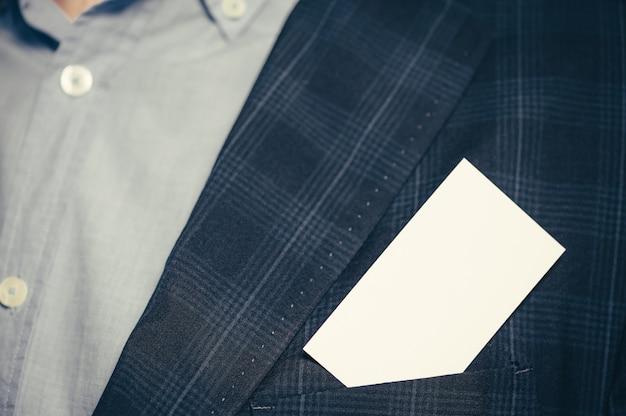 Een visitekaartje in de zak van het pak. Premium Foto