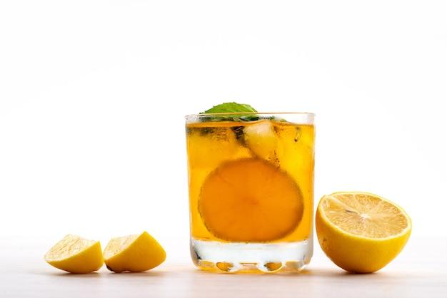 Een vooraanzicht citroendrank met verse citroenstukjes op wit, fruit citrus kleur Gratis Foto