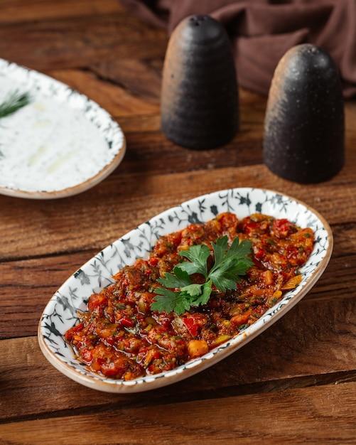Een vooraanzicht gebakken groenten met gehakt op de bruine houten het vleesmaaltijd van het bureauvoedsel Gratis Foto