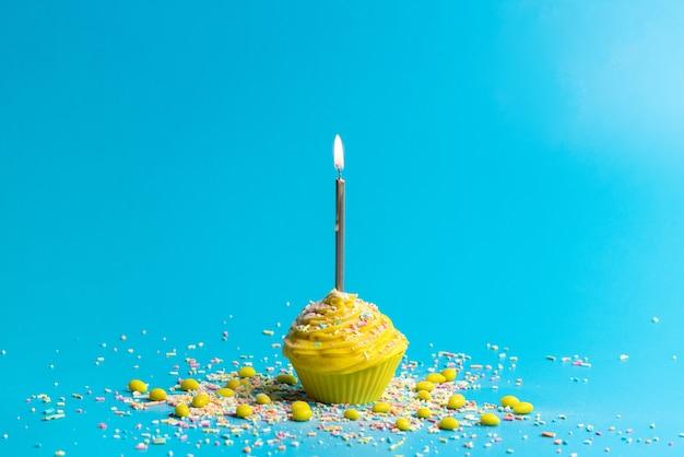 Een vooraanzicht gele verjaardagstaart met kaars op blauw Gratis Foto