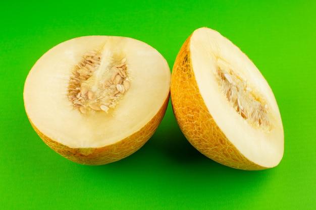 Een vooraanzicht gesneden verse meloen zoete pulpy mellow geïsoleerd op groen Gratis Foto
