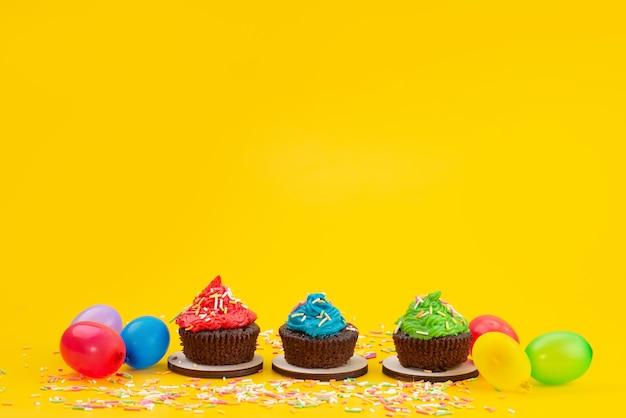 Een vooraanzicht heerlijke chocolade brownies op basis van samen met snoepjes op geel, candy cake biscuit kleur Gratis Foto