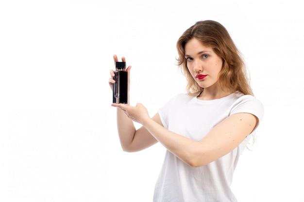 Een vooraanzicht jonge dame in witte t-shirt zwarte korte broek met zwarte buis op het wit Gratis Foto