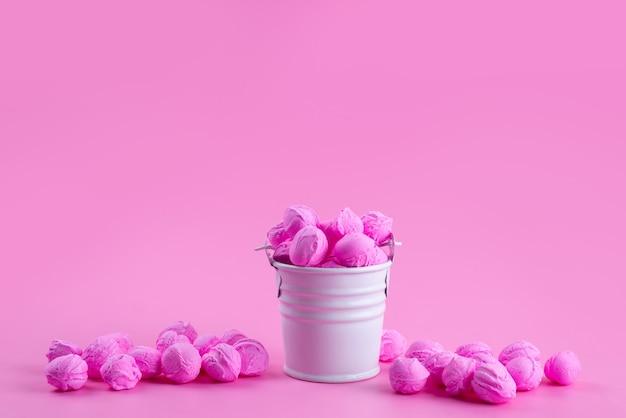 Een vooraanzicht kleurrijk roze, heerlijk op roze, kandijsuiker zoet Gratis Foto