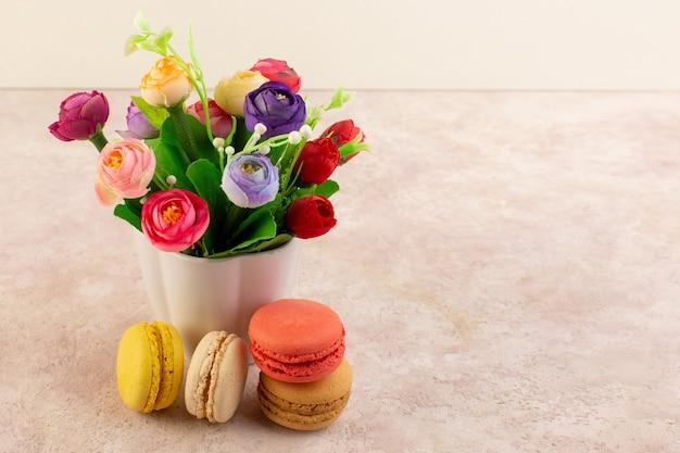 Een vooraanzicht kleurrijke franse macarons heerlijk en gebakken bakken Gratis Foto