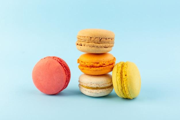Een vooraanzicht kleurrijke franse macarons heerlijk en gebakken Gratis Foto