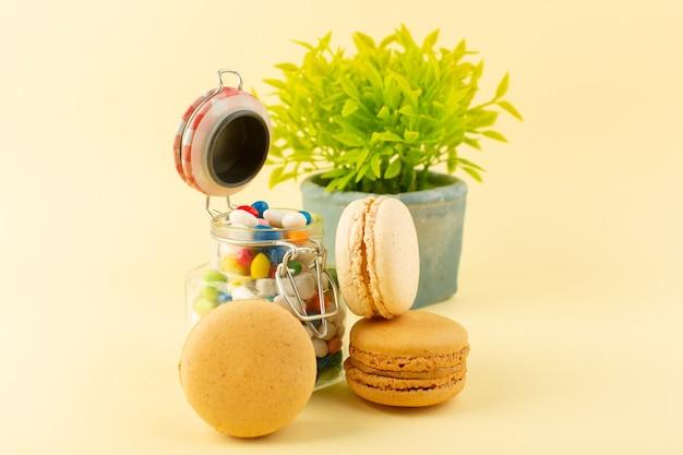 Een vooraanzicht kleurrijke snoepjes met franse macarons Gratis Foto