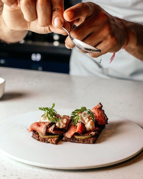 Een vooraanzicht koken maaltijd ontwerpen maaltijd binnen plaat gebakken vlees maaltijd Gratis Foto