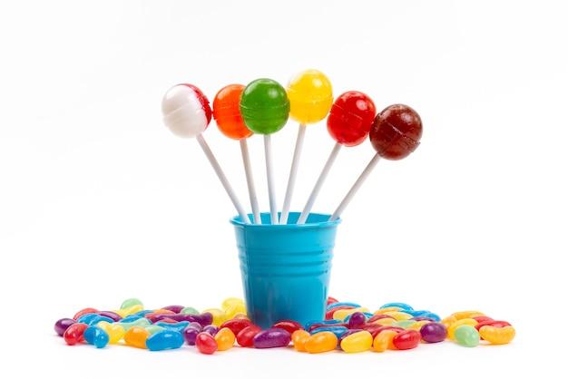 Een vooraanzicht lollies in emmer samen met veelkleurige marmelade op wit, suikerzoete regenboog Gratis Foto