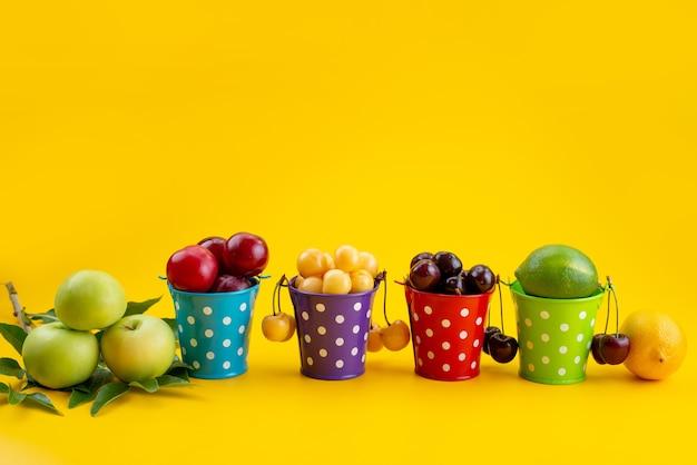 Een vooraanzicht mand met zacht en sappig fruit op geel, fruitkleur zomer Gratis Foto