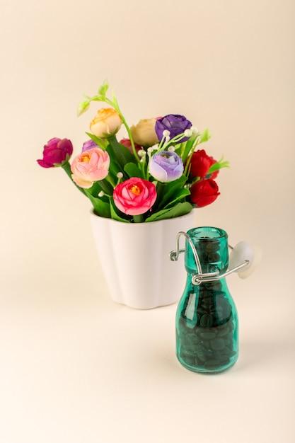 Een vooraanzicht pot met koffie en bloemen op de roze tafelkoffie kleur bloemzaad Gratis Foto