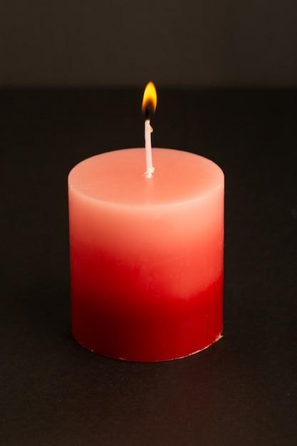 Een vooraanzicht rode kaarsverlichting isoleerde smeltende lichte brandvlam Gratis Foto