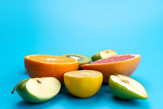 Een vooraanzicht vers gesneden fruit zacht en smakelijk op blauwe regenboog Gratis Foto