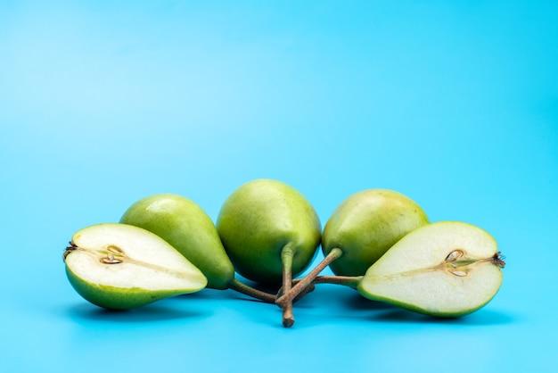 Een vooraanzicht verse groene peren zacht en vlezig op blauw, fruitkleur rijp Gratis Foto