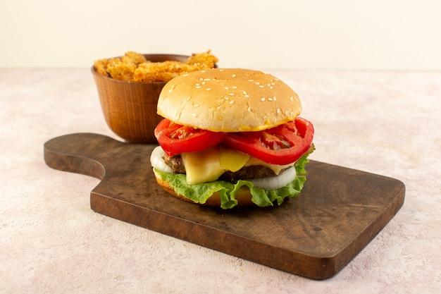 Een vooraanzicht vlees hamburger met groenten kaas groene salade en kippenvleugels op de houten tafel Gratis Foto