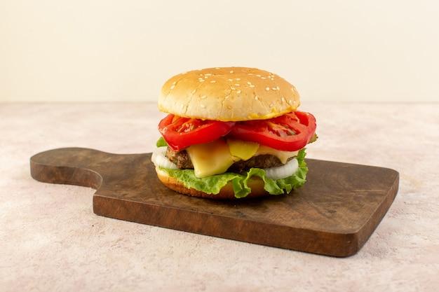 Een vooraanzicht vlees hamburgers met groenten kaas en groene salade op de houten tafel Gratis Foto
