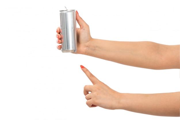 Een vooraanzicht vrouwelijke hand die zilver houdt kan vinger op het wit tonen Gratis Foto