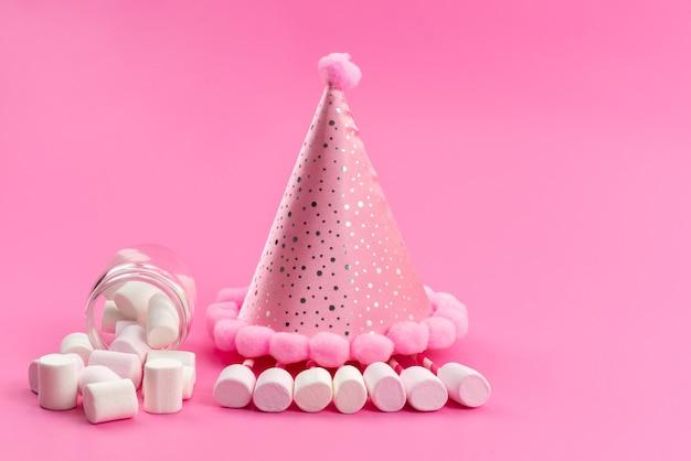 Een vooraanzicht witte marshmallows binnen kan rond roze verjaardag dop op roze Gratis Foto