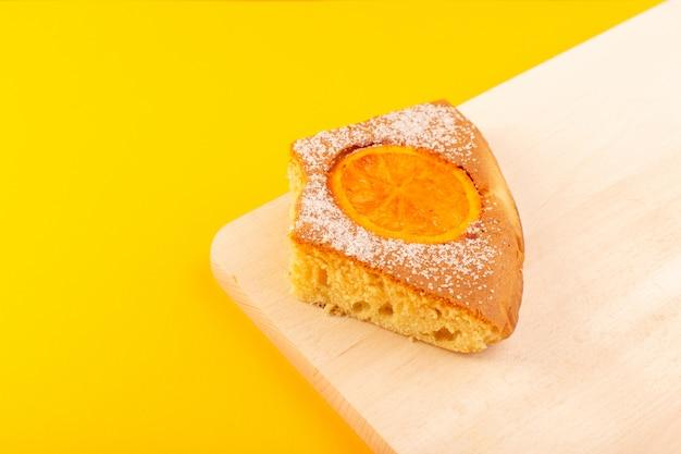 Een voorzijde sloot omhoog de zoete zoete smakelijk van de menings oranje cake plak smakelijk op het roomkleurige houten bureau en het gele achtergrond zoete suikerkoekje Gratis Foto