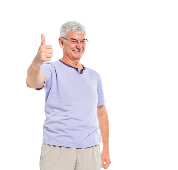 Een vrolijke casual oude man geeft duimen omhoog Gratis Foto