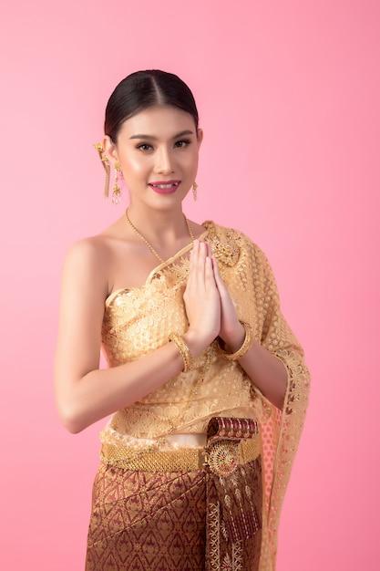 Een vrouw die een oude thaise jurk draagt Gratis Foto
