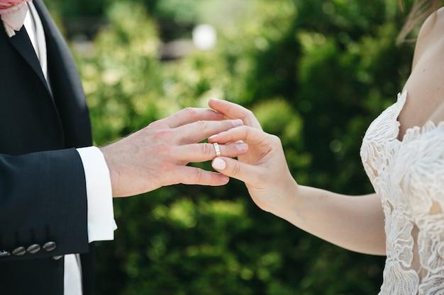 Een vrouw draagt een trouwring voor haar man Gratis Foto