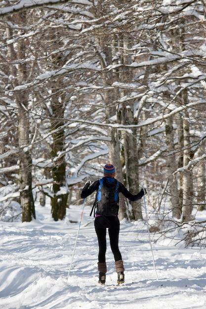 Een vrouw langlaufen Premium Foto