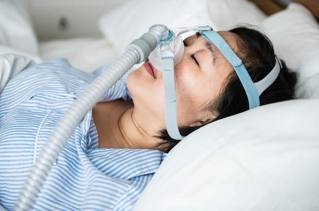 Een vrouw met anti-snurk kinbanden Premium Foto