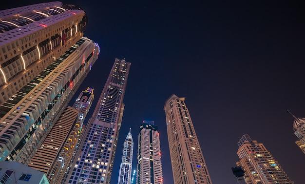 Een weergave van de skyline van dubai marina met de jachthaven en jbr Premium Foto