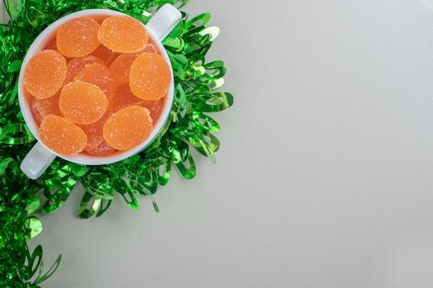 Een witte kom vol suikerachtige sinaasappelmarmelades. Gratis Foto