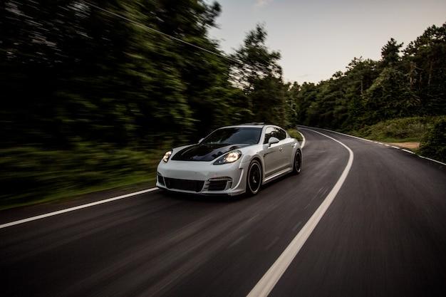 Een witte sportwagen met zwarte autotuning. Gratis Foto