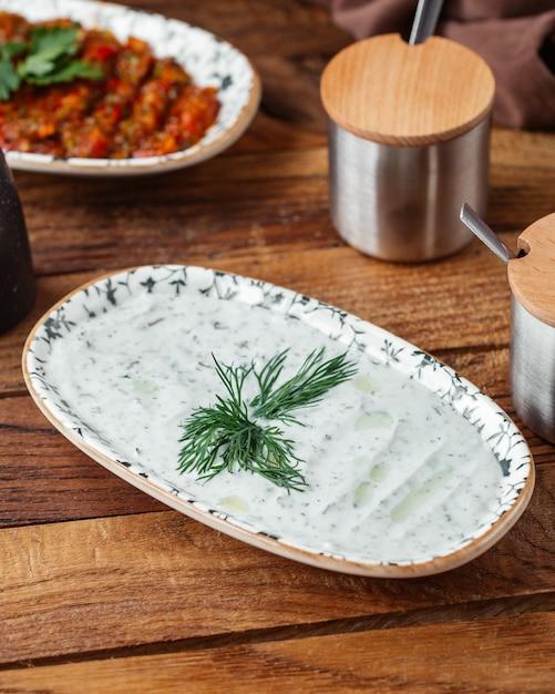 Een yoghurtmaaltijd van het hoogste mening op het bruine houten de yoghurtvlees van het bureauvoedsel Gratis Foto