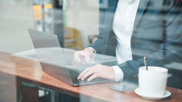 Een zakenman die online gebruikend creditcard winkelt Gratis Foto
