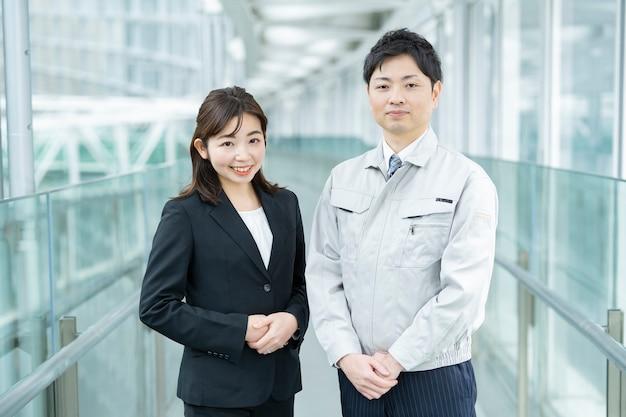 Een zakenman in werkkleding en een zakenvrouw in een pak Premium Foto