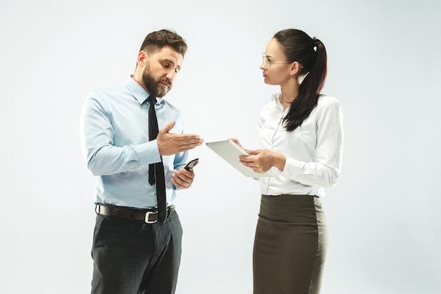 Een zakenman toont de laptop aan zijn collega op kantoor. Gratis Foto