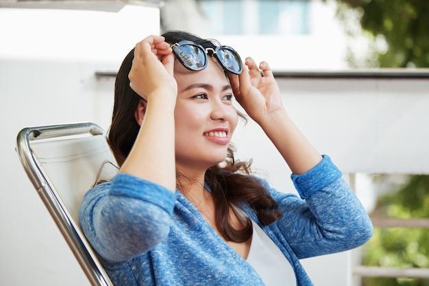Een zonnebril opzetten Gratis Foto