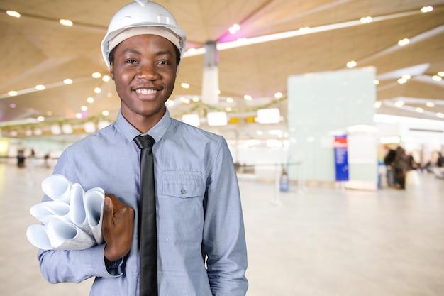Een zwarte man afro-amerikaanse bouwvakker Premium Foto