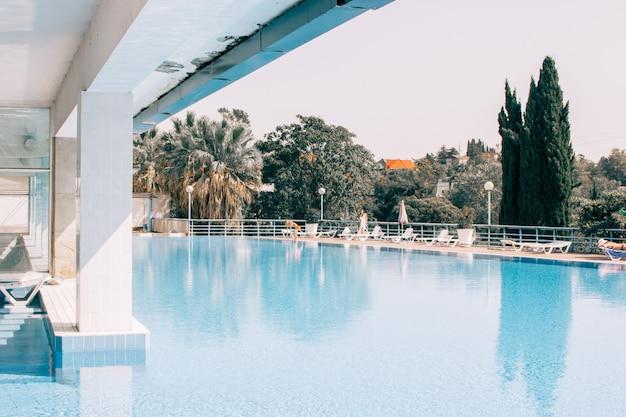 Een zwembad op de top van een kuuroordgebouw Gratis Foto