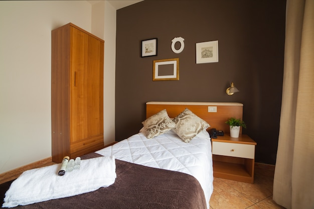 Eenpersoonsslaapkamer van het ares hotel Premium Foto