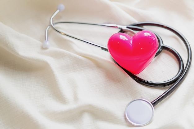 Eenvoudig minimaal ontwerp met stethoscoop of phonendoscope voor medische apparatuur Gratis Foto