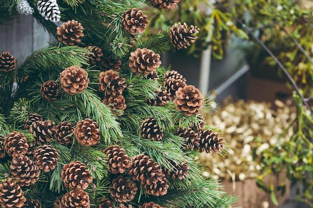 Eenvoudige kerstdecoratie in een kerstboomwinkel. Premium Foto