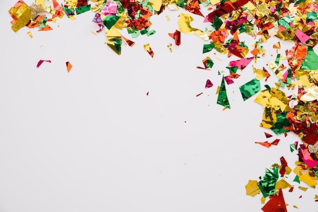 Eenvoudige opstelling van levendige confetti Gratis Foto