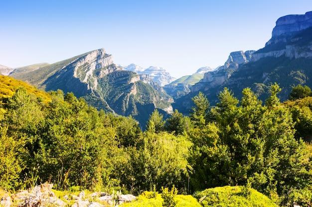 Eenvoudige pyreneeën bergen landschap in de zomer Gratis Foto