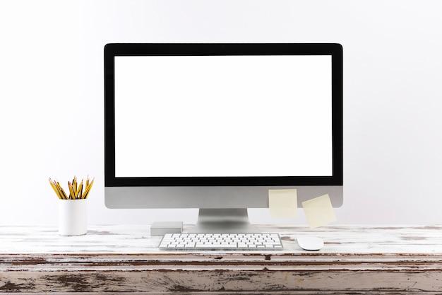 Eenvoudige werkruimte met leeg computerscherm Gratis Foto